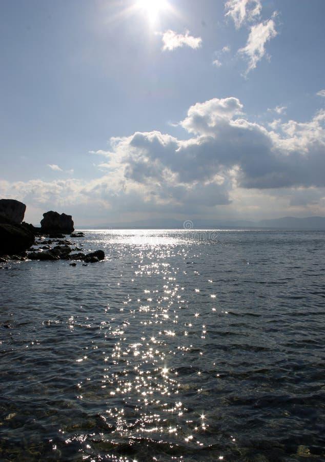 Download Étincelles sur l'eau photo stock. Image du lumineux, roche - 79814