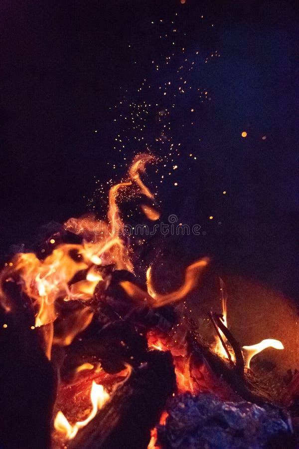 Étincelles sur le feu de camp la nuit images libres de droits