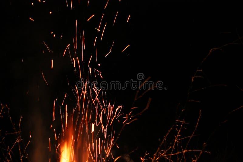 Étincelles sur un fond noir Étincelles du feu Incendie photo stock