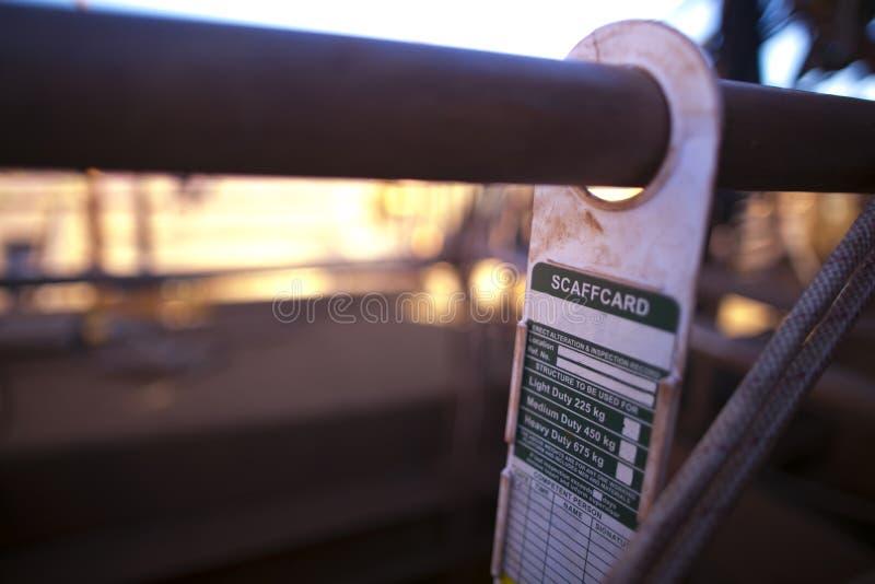 Étiquette à échafaudage Signal d'avertissement de sécurité de l'étiquette montrant accroché sur le tube à échafaudage sur le site photographie stock libre de droits