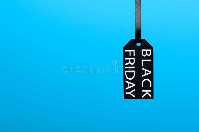 Étiquette de Black Friday sur le fond bleu photos libres de droits