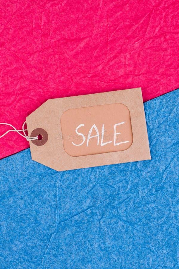 Étiquette de Brown avec la vente d'inscription sur le fond coloré image libre de droits