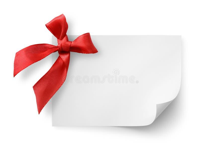 Étiquette de cadeau avec la proue en soie rouge photos libres de droits