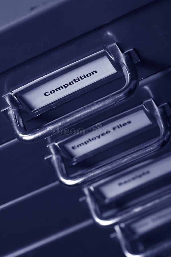 Étiquette de concurrence sur un meuble d'archivage photos stock