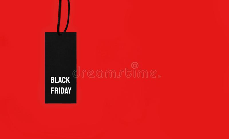 Étiquette de vente avec l'inscription de Black Friday sur le fond rouge image stock