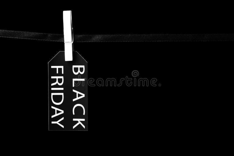 Étiquette de vente de Black Friday attachée aux pinces à linge noires d'un ruban images stock