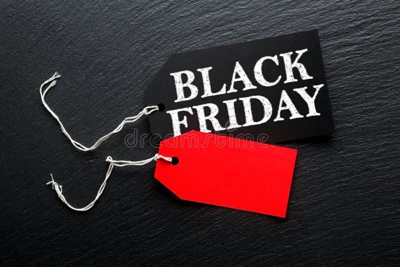Étiquette de vente de Black Friday sur le fond foncé photos stock