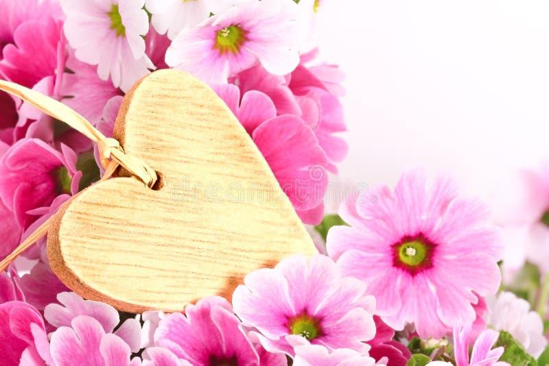 Étiquette en bois de coeur avec des fleurs photo libre de droits