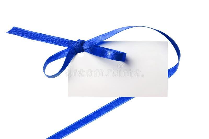 Étiquette vide de cadeau attachée avec un ribb de satin de rouge bleu d'arc photo stock