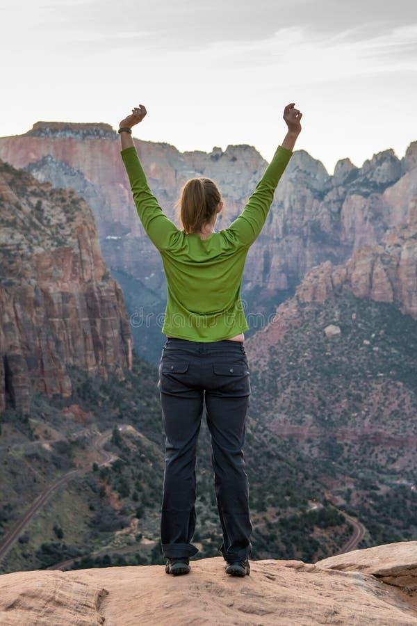Étirage au-dessus du canyon photos libres de droits