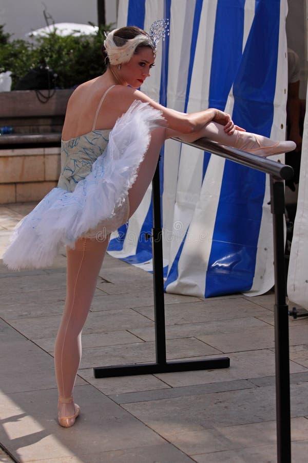 Étirage de ballerine photo stock