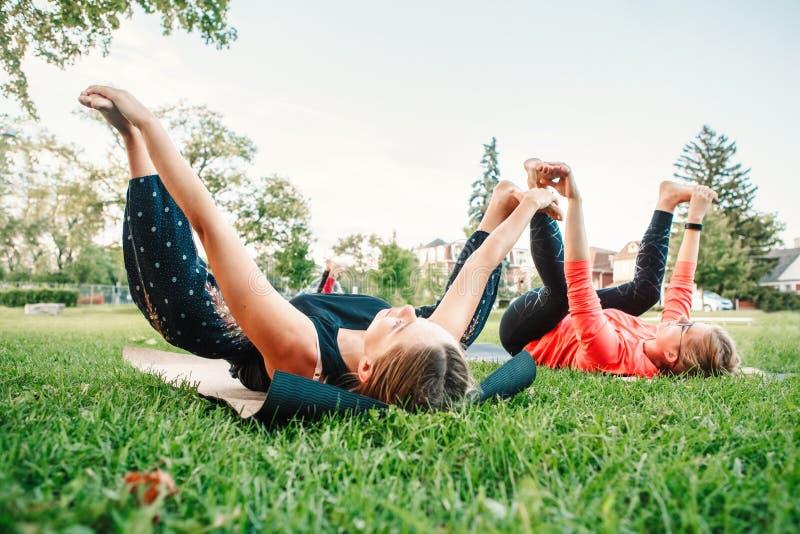 Étirage de femmes, exécutant la séance d'entraînement dehors photos stock