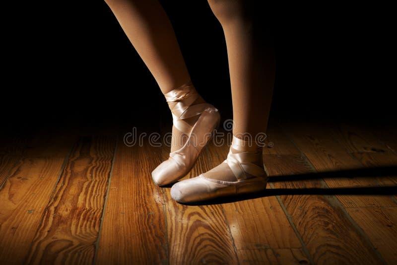 Étirage de pieds de ballerine photographie stock libre de droits