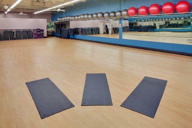 Étirage des couvre-tapis et des billes d'exercice en gymnastique photo libre de droits