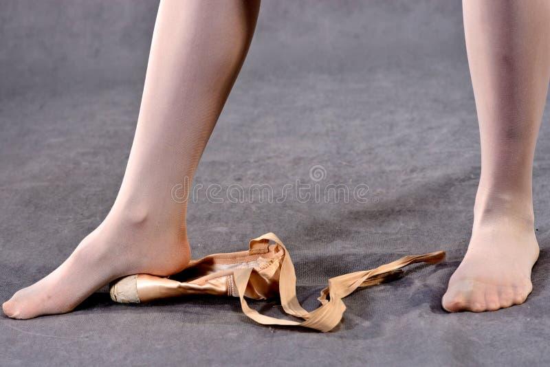 Étirage des pieds dans des chaussures de Pointe photos libres de droits