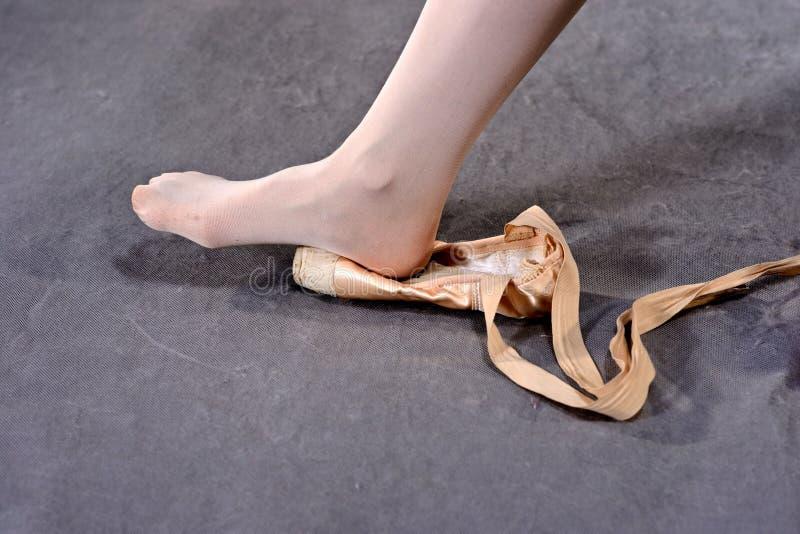 Étirage des pieds dans des chaussures de Pointe images stock