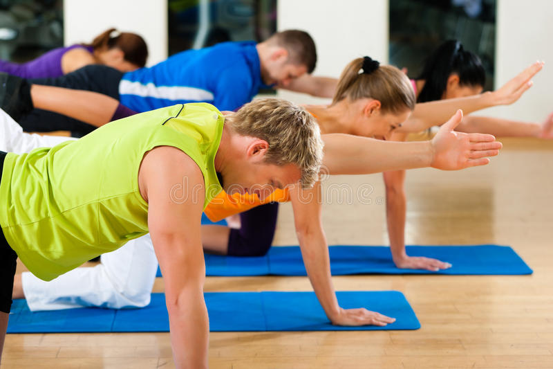 Étirage et gymnastique en club ou gymnastique de forme physique photographie stock libre de droits