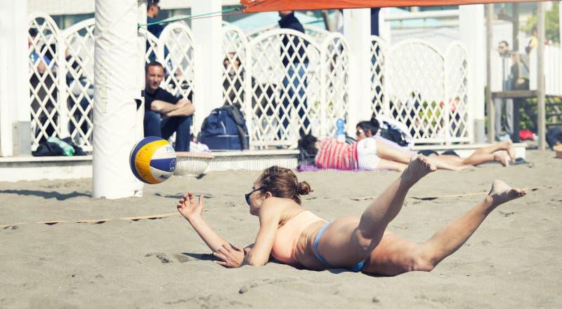 Étirage sautant de femme horizontalement Volleyball photos stock