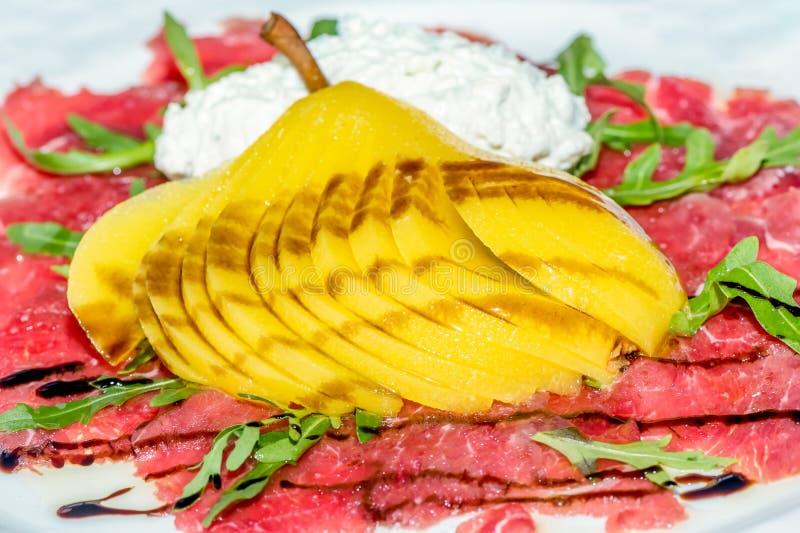 Étoffez Carpaccio avec le fromage de poire et fondu coupé en tranches photos stock