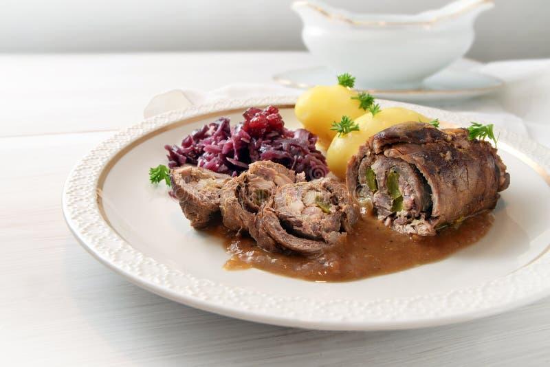 Étoffez la roulade avec le chou rouge et les pommes de terre, stu allemand de roulade de viande photographie stock