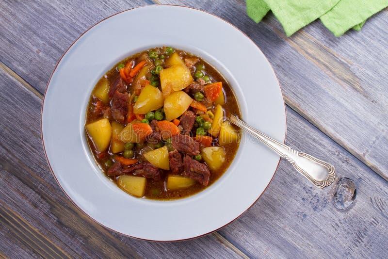 Étoffez la viande cuite avec des pommes de terre, des carottes, des pois et des épices Ragoût de boeuf, plat populaire en Irlande images stock