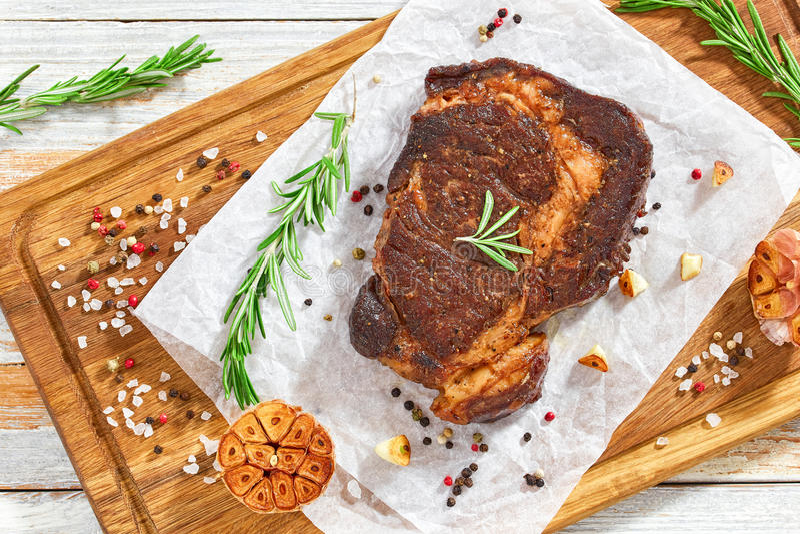 Étoffez le bifteck juteux de viande de nervure-oeil frit dans la casserole de fer photo stock