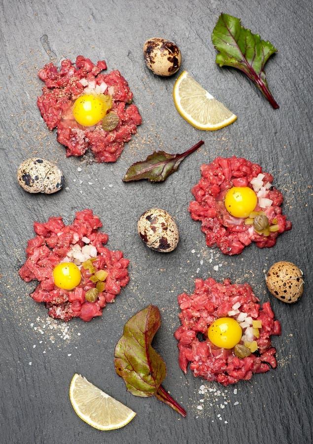 Étoffez tartare avec l'oeuf, les câpres et les oignons image stock