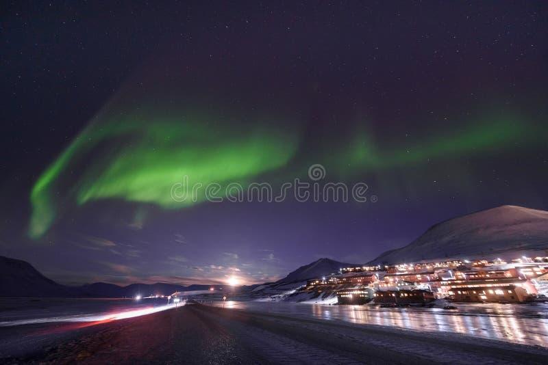 Étoile arctique polaire de ciel d'aurora borealis de lumières du nord en Norvège le Svalbard en montagnes de voyage de ville de L photographie stock
