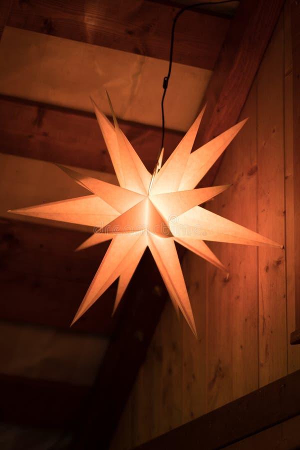 Étoile colorée de éclairage de décoration de Noël photos libres de droits