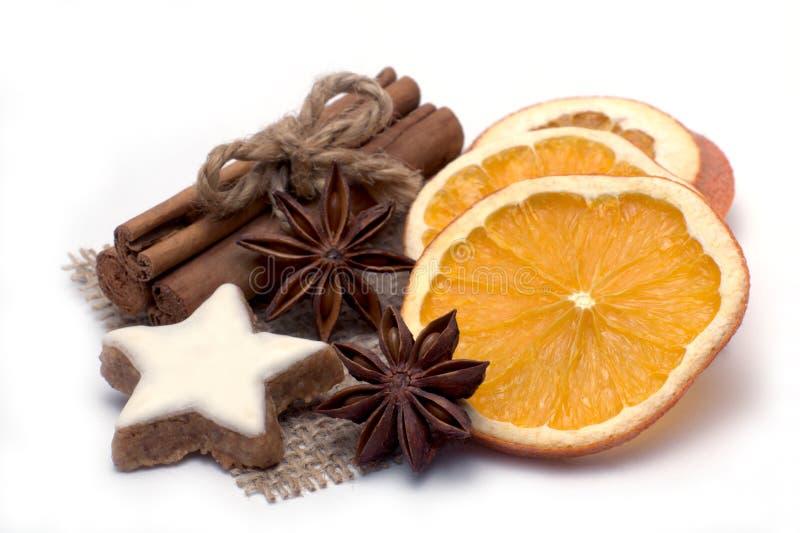 Étoile de cannelle avec des épices de Noël photos stock