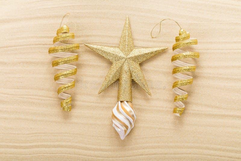 Étoile et décorations de Noël sur le sable photographie stock