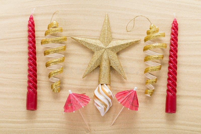 Étoile et décorations de Noël sur le sable photo stock