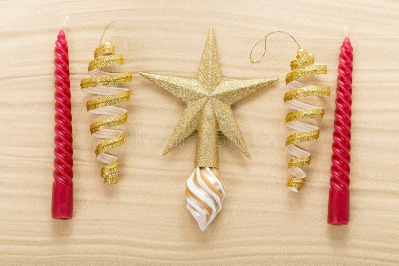 Étoile et décorations de Noël sur le sable photographie stock libre de droits