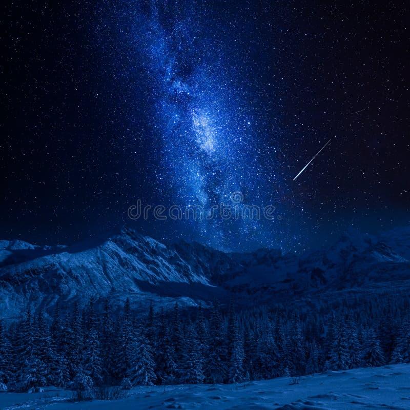Étoile filante et montagnes de Tatras en hiver la nuit, Pologne photo libre de droits