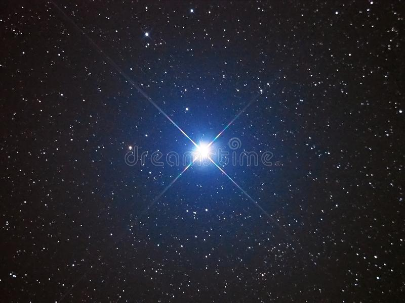 Étoile lumineuse Capella en ciel nocturne photographie stock