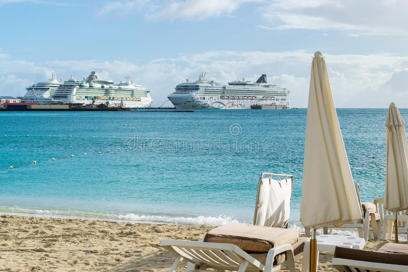 Étoile norvégienne de NCL, bijou de Royal Caribbean, bateaux de croisière de sérénade de Royal Caribbean accouplés dans Philipsbu photographie stock libre de droits