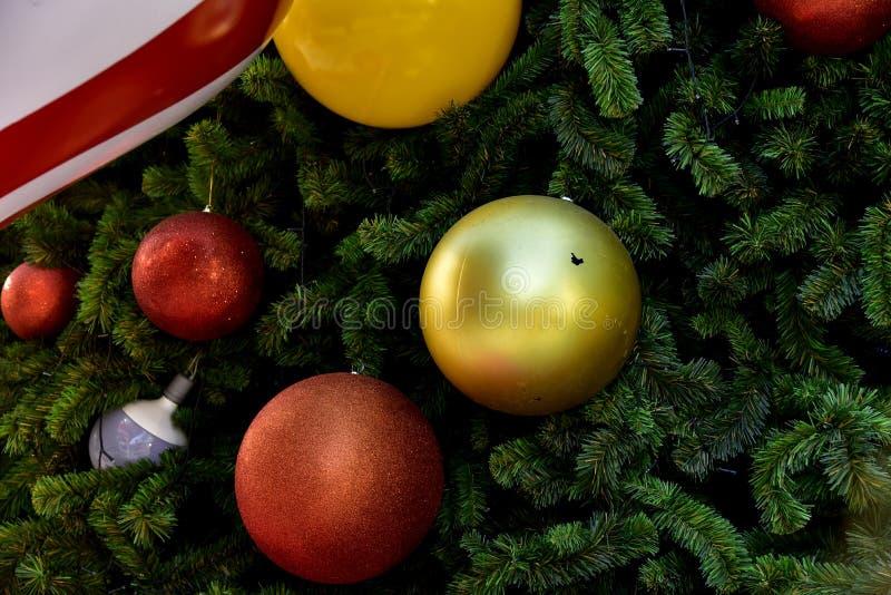 Étoile rouge de ballon de boîte-cadeau d'arbre de Noël de babiole de plan rapproché photographie stock