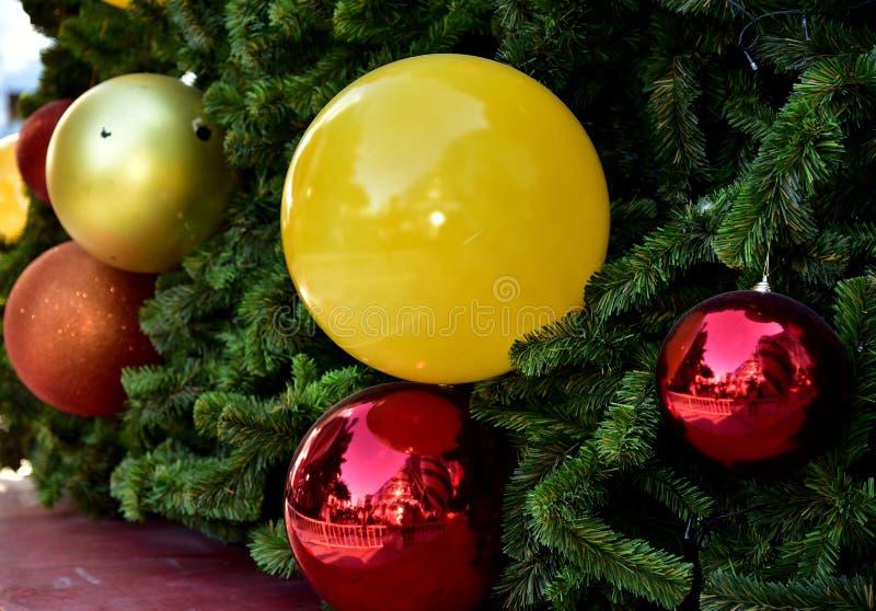 Étoile rouge de ballon de boîte-cadeau d'arbre de Noël de babiole de plan rapproché photographie stock libre de droits