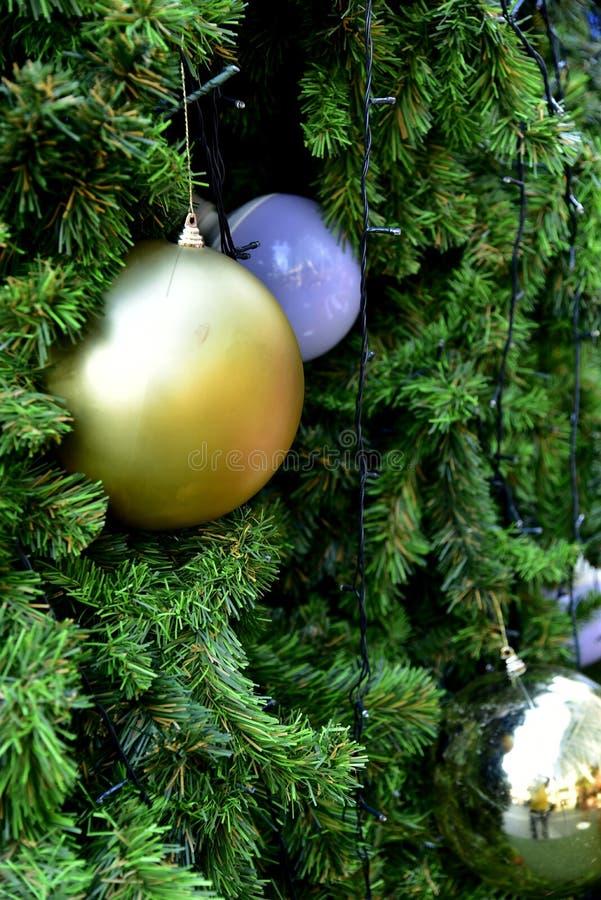 Étoile rouge de ballon de boîte-cadeau d'arbre de Noël de babiole de plan rapproché image stock