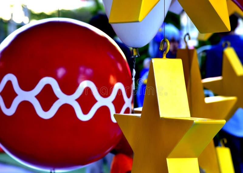 Étoile rouge de ballon de boîte-cadeau d'arbre de Noël de babiole de plan rapproché photo stock