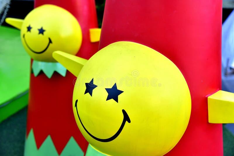 Étoile rouge de ballon de boîte-cadeau d'arbre de Noël de babiole de plan rapproché photo libre de droits