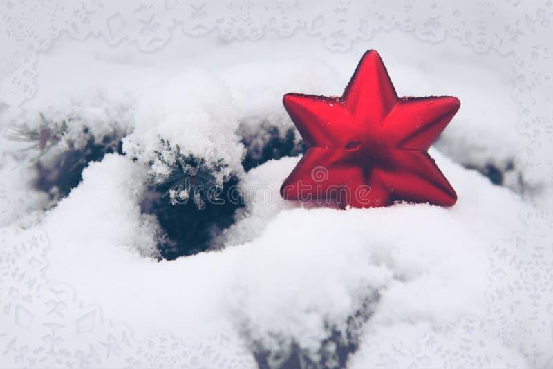 Étoile rouge de Noël sur la neige blanche Fond de l'hiver images libres de droits