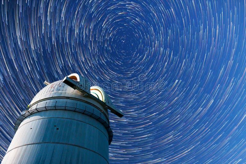 Étoiles astronomiques de ciel nocturne d'observatoire Timelapse dans le mod de comète photographie stock libre de droits