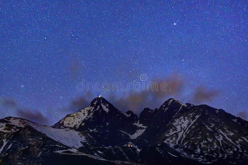 Download Étoiles Au-dessus Des Montagnes Image stock - Image du bleu, noir: 56484693