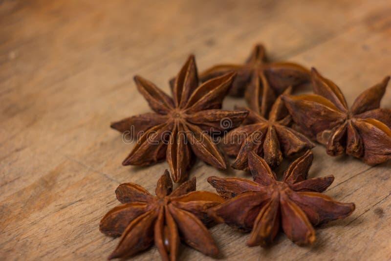Étoiles d'anis sur en bois photos libres de droits