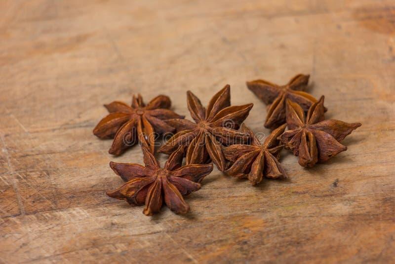 Étoiles d'anis sur en bois photos stock