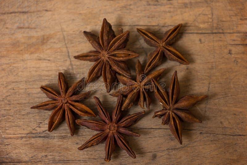 Étoiles d'anis sur en bois images libres de droits