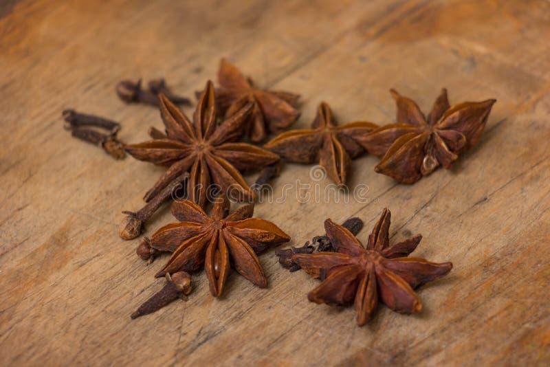 Étoiles d'anis sur en bois photo libre de droits