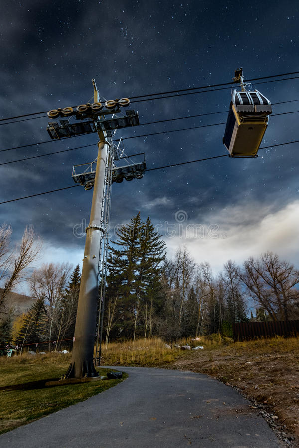 Étoiles dans le ciel nocturne et le Ski Lift dans Vail le Colorado photo libre de droits