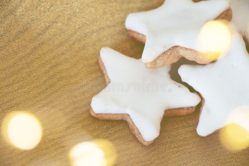 Étoiles de cannelle au tissu d'or avec le bokeh photo libre de droits